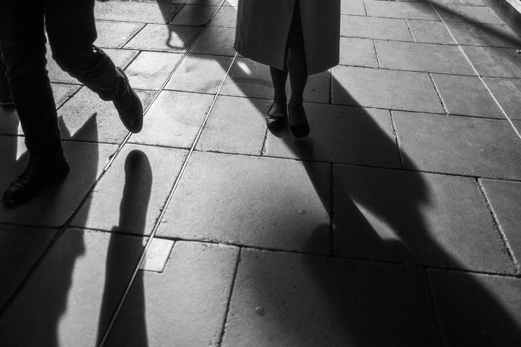 Kostas Arapidis street photography woman's feet